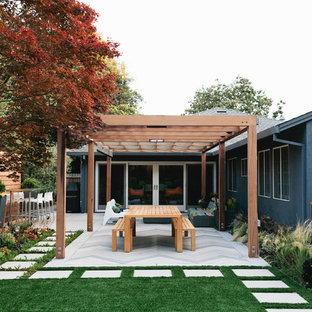 Inspiration pour un terrain de sport extérieur arrière minimaliste de taille moyenne avec des pavés en béton.