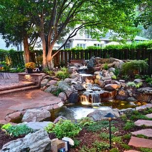 Klassischer Garten hinter dem Haus mit Natursteinplatten und Wasserfall in Denver