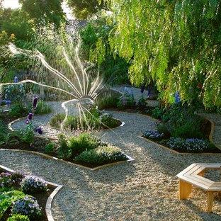 Esempio di un grande giardino tradizionale esposto a mezz'ombra dietro casa con ghiaia