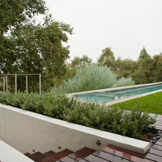 Contemporary Landscape by EPT DESIGN