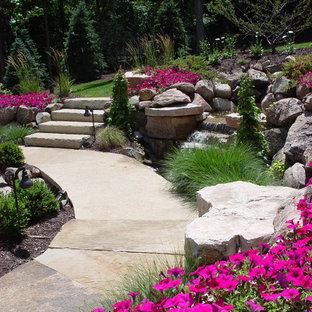 Esempio di un grande giardino chic esposto in pieno sole dietro casa con un ingresso o sentiero e pavimentazioni in pietra naturale