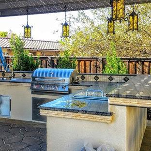 Immagine di un grande giardino formale mediterraneo esposto in pieno sole dietro casa in estate con un ingresso o sentiero e pavimentazioni in cemento