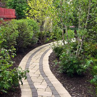Aménagement d'un jardin arrière classique l'été et de taille moyenne avec une entrée ou une allée de jardin, une exposition ombragée et des pavés en béton.