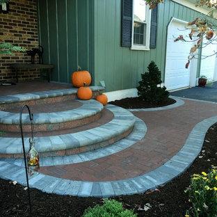 ウィルミントンの中くらいのラスティックスタイルのおしゃれな前庭 (庭への小道、レンガ敷き) の写真