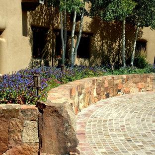 アルバカーキの夏の、中サイズのコンテンポラリースタイルのおしゃれな前庭 (私道、擁壁、日向、天然石敷き) の写真