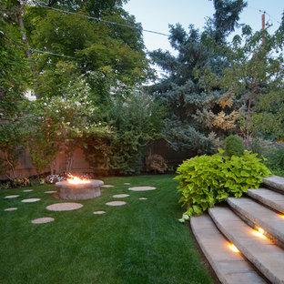 Moderner Hanggarten mit Feuerstelle in Salt Lake City