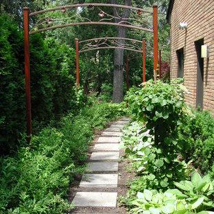 Foto di un grande giardino formale design esposto a mezz'ombra dietro casa con un ingresso o sentiero e pavimentazioni in pietra naturale