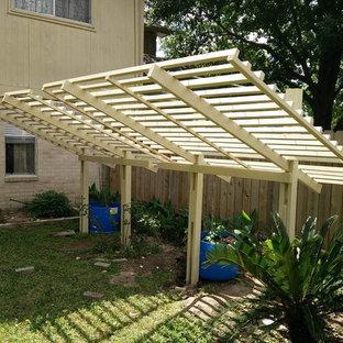Выдающиеся фото от архитекторов и дизайнеров интерьера: солнечный, весенний участок и сад среднего размера на заднем дворе в восточном стиле с освещенностью и настилом