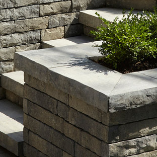 Design ideas for a traditional landscaping in Montreal.