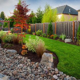 Cette image montre un jardin traditionnel avec pierres et graviers et des galets de rivière.