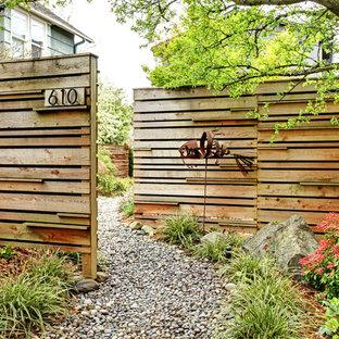 Стильный дизайн: участок и сад на переднем дворе в современном стиле с покрытием из гравия - последний тренд
