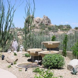 Cette photo montre un jardin sud-ouest américain avec un point d'eau.