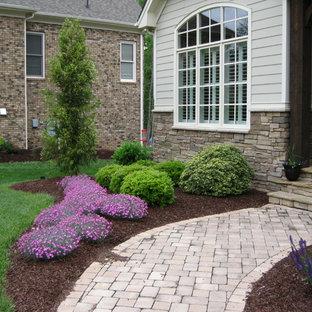 Idées déco pour un jardin avant classique de taille moyenne avec une exposition partiellement ombragée et des pavés en brique.