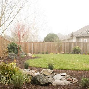 Ispirazione per un giardino american style esposto a mezz'ombra di medie dimensioni e dietro casa in inverno con fontane e pavimentazioni in cemento