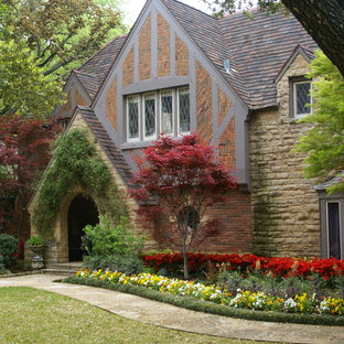 Inspiration for a traditional front yard stone flower bed in Dallas.
