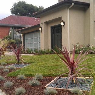 ロサンゼルスの大きいコンテンポラリースタイルのおしゃれな庭 (半日向、マルチング舗装) の写真