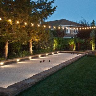 Großer Klassischer Garten hinter dem Haus mit Sportplatz, Feuerstelle und Natursteinplatten in San Francisco