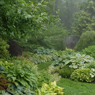 На фото: тенистые Садовые дорожки и калитки на заднем дворе в классическом стиле