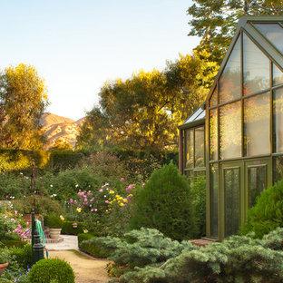 ロサンゼルスのヴィクトリアン調のおしゃれな庭の写真