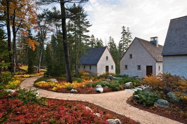 Farmhouse Landscape by Elliott + Elliott Architecture