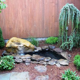 ボストンの中サイズのコンテンポラリースタイルのおしゃれな噴水のある庭 (日向、マルチング舗装) の写真