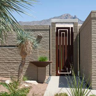 Идея дизайна: участок и сад в современном стиле с садовой дорожкой или калиткой