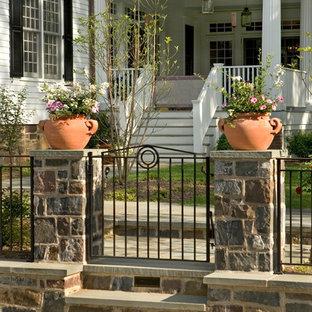 Foto de jardín francés, clásico, grande, en verano, en patio trasero, con jardín de macetas, adoquines de piedra natural y exposición total al sol