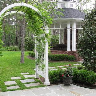 Idéer för att renovera en vintage bakgård, med naturstensplattor