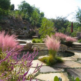 Idées déco pour un jardin méditerranéen avec un mur de soutènement.