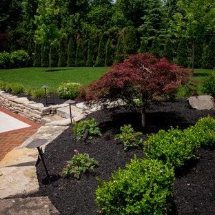 Idées déco pour un grand jardin arrière classique avec un chemin, une exposition ensoleillée et des pavés en brique.