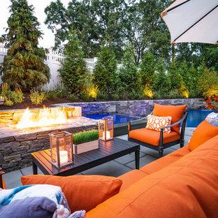 Kleiner Moderner Garten hinter dem Haus mit Kamin und Natursteinplatten in Boston