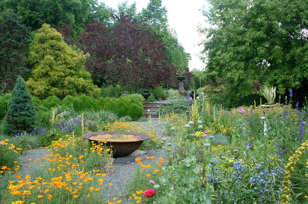 Traditional Landscape by Gardening with Confidence®