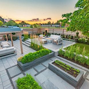 Exemple d'un jardin arrière moderne de taille moyenne et l'été avec une exposition ensoleillée.