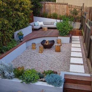 Idéer för att renovera en liten funkis bakgård i full sol som tål torka, med grus och en öppen spis