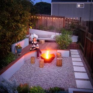 Kleiner Moderner Kiesgarten hinter dem Haus mit Feuerstelle und direkter Sonneneinstrahlung in San Francisco