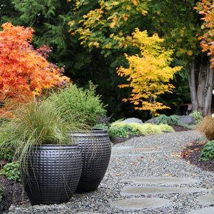 Foto di un giardino design dietro casa in autunno con un giardino in vaso e ghiaia