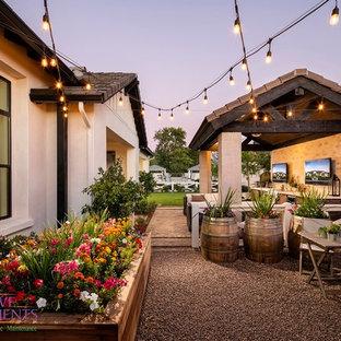 Geometrischer, Großer, Halbschattiger Moderner Garten im Sommer, hinter dem Haus mit Kamin und Pflasterklinker in Phoenix