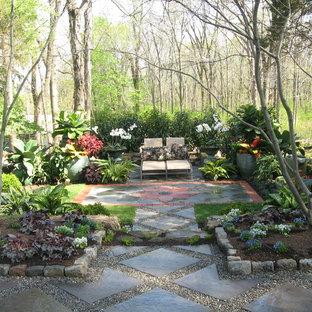 Idee per un grande giardino formale classico esposto a mezz'ombra in cortile in primavera con un ingresso o sentiero e pavimentazioni in cemento