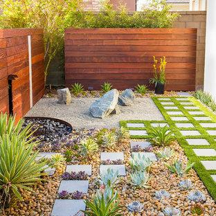 Diseño de jardín actual, en patio trasero, con adoquines de hormigón