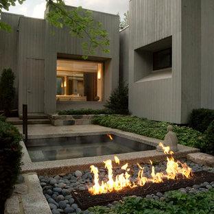 Ispirazione per un giardino design esposto a mezz'ombra con un focolare