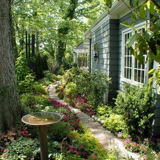 Klassischer Garten neben dem Haus mit Sichtschutz in Kansas City