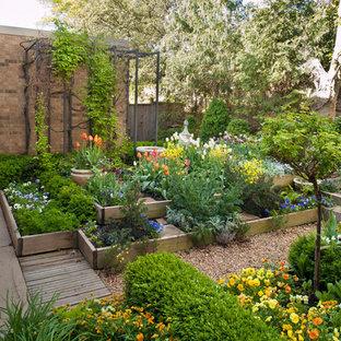 Klassisches Garten im Innenhof mit Hochbeet in Oklahoma City