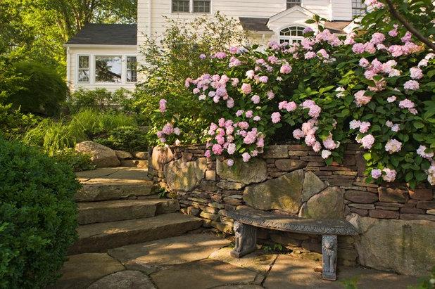 Traditional Garden by Cording Landscape Design