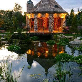 Bild på en vintage trädgård, med en fontän