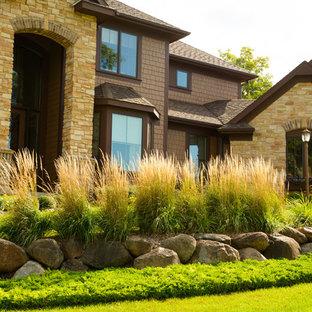 Ispirazione per un grande giardino formale tradizionale esposto in pieno sole davanti casa con un ingresso o sentiero e pavimentazioni in cemento