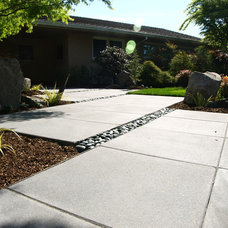 Midcentury Landscape by Ross NW Watergardens
