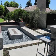 Modern Landscape by SOCO Builders