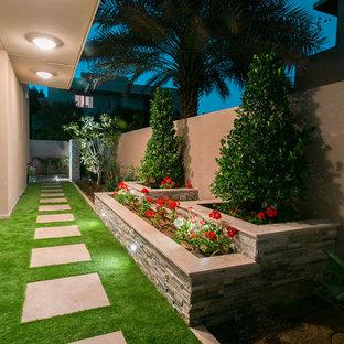 Diseño de camino de jardín francés, contemporáneo, pequeño, en patio lateral, con adoquines de hormigón