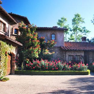 Foto di un giardino stile americano esposto in pieno sole davanti casa con un ingresso o sentiero e pavimentazioni in pietra naturale