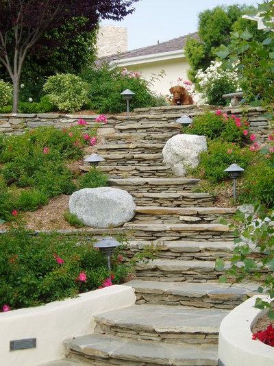 Ideas para el jard n construye una rocalla para terrenos for Jardines en desnivel